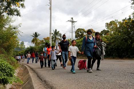 Keski-Amerikasta Yhdysvaltoihin karavaanissa vaeltavia ihmisiä Chiquimulassa kuvattuna 16. tammikuuta, Guatemalassa.