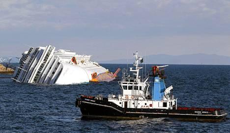 Pelastustoimet ovat jatkuneet viime perjantaina karille ajaneella Costa Concordialla tiistaina.