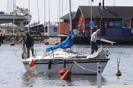 Lähipäivien säästä nauttivat myös veneilijät, ellei tuuli ylly liian kovaksi. Kuva Helsingin Merisatamasta.