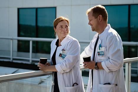 Leena Pöysti ja Antti Luusuaniemi näyttelevät sairaalasarja Sykkeen keskushahmoja.