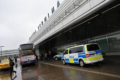 Ruotsin poliisi lisäsi valvontaa Arlandan lentokentällä Brysselin terrori-iskujen jälkeen maaliskuussa.