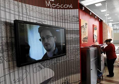 NSA-vuotaja Edward Snowdenin kuvia näkyi television uutislähetyksessä Moskovan lentokentällä keskiviikkona.