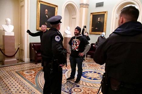Qanon-tunnuspaitaan pukeutunut tunkeutuja kongressitalossa Washingtonissa 6. tammikuuta.