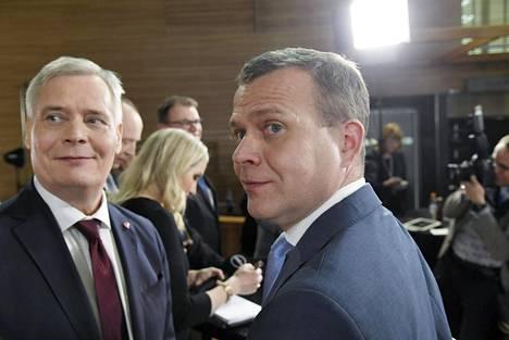 Sdp:n puheenjohtaja Antti Rinne (vas.) ja kokoomuksen puheenjohtaja Petteri Orpo vaali-iltana. Hallituksen kehrääminen Sdp:n ja kokoomuksen ympärille näytti vaalien jälkeen todennäköisimmältä.