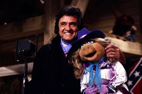 Laulaja Johnny Cash ja nukkehahmo Miss Piggy esiintyivät The Muppet Show'n jaksossa, joka näytettiin televisiossa Yhdysvalloissa helmikuussa 1981.