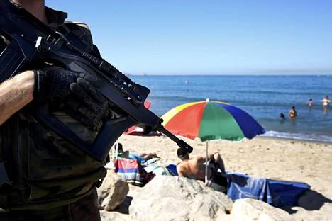 Sotilas partioi rannalla Marseillessa sunnuntaina.