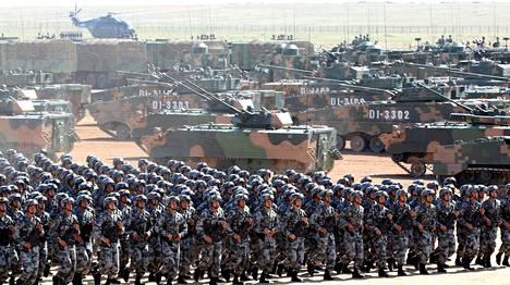 Kiinalaiset sotilaat osallistuivat paraatiin heinäkuussa 2017.