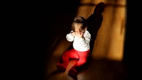 Vanhemmat laskevat somessa leikkiä siitä, miten lasta voi pelotella yksin jättämisellä.