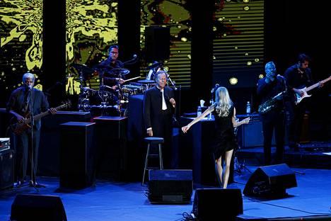 Latinotähti Julio Iglesias toi jäähyväiskiertueensa myös Suomeen. Iglesias esiintyi keskiviikkona 12. kesäkuuta Helsingin jäähallissa.