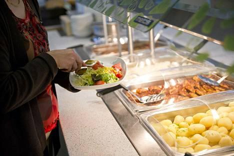 Ravintolalounaiden hinnat seuraavat usein korkeimman lounassetelin arvoa.