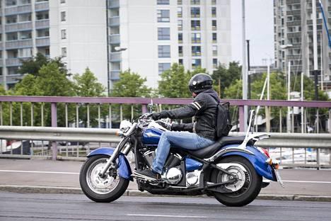Moottoripyörien meteli työllistää poliisia. Moottoripyörä Hakaniemen sillalla.