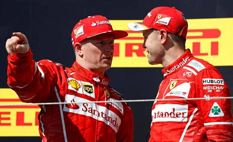 Kimi Räikkönen ja Sebastian Vettel keskustelivat podiumilla.