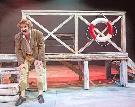 Santeri Kinnunen on Nobel-fyysikon näköinen ja kokoinen mies kaupunginteatterin uudessa ranskalaisnäytelmässä Einsteinin rikos.