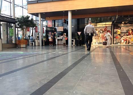 Katosta pudonneita lasinsirpaleita Ison Omenan käytävällä.