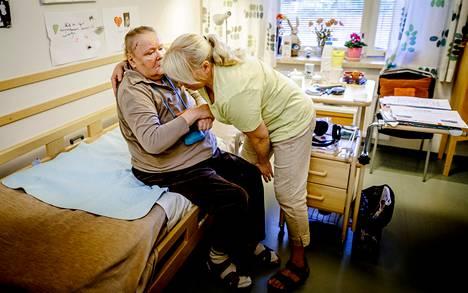 """Pirkko Kettunen vieraili perjantaina miesystävänsä Henry Hietalan luona Kustaankartanon palvelukeskuksessa Helsingissä. """"Vierailen täällä usein ja voin sanoa, että kyllä hoitajat tekevät parhaansa. Olen huomannut, että joillakin ei käy omaisia täällä ollenkaan"""", Kettunen sanoo."""