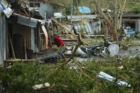 Asukkaat raivasivat kotiensa ympäristöä Filippiinien Baggaossa taifuuni Mangkhutin jäljiltä lauantaina.