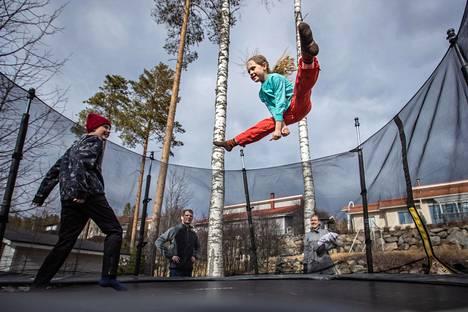 Koronavirusepidemian aikana tekemistä on pitänyt keksiä pääasiassa kotona. Kuvassa Kauppisen perhe, poika Konsta (vas.), isä Markus, tyttö Aino ja äiti Hanna leikkivät kotinsa takapihalla Kuopiossa.