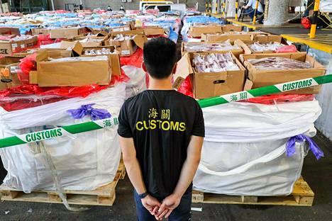 Hongkongin tullissa takavarikoitiin kesäkuussa 2500 tonnia pakastettua lihaa, joka oli matkalla Guangdongin maakuntaan Kiinaan. Kiina pitää esillä teorioita, että koronavirus voisi levitä Kiinaan ulkomaisten pakasteiden mukana.
