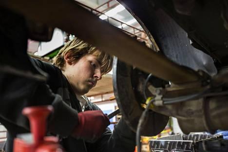 Nurmeksessa neljättä vuotta autonasentajaksi opiskeleva nurmeslainen Tommi Huttunen suunnittelee jäävänsä kotiseudulle asumaan, jos vain töitä löytyy.