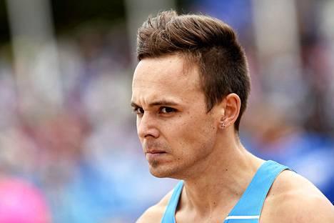 Pikajuoksija Jonathan Åstrand keskeytti 100 metrin juoksun70 metrin jälkeen ja lyyhistyi radalle takareittään pidellen.