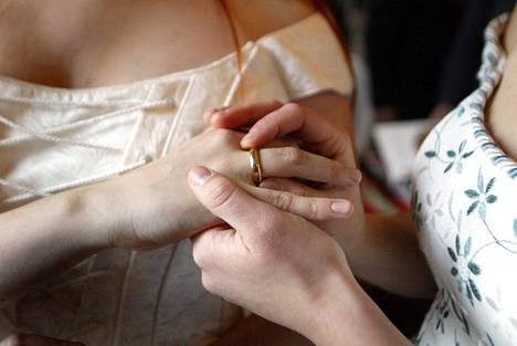Kirkon nykyisten säännösten ja avioliittokäsityksen mukaan samaa sukupuolta olevien avioliiton siunaaminen ei ole mahdollista.