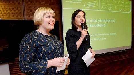 Perhevapaiden uudistuksen keskeiset ministerit ovat keskustan Annika Saarikko (vas.) ja kokoomuksen Sanni Grahn-Laasonen. Ministereillä oli viime viikolla yhteinen tiedotustilaisuus lapsiperheiden palveluista.