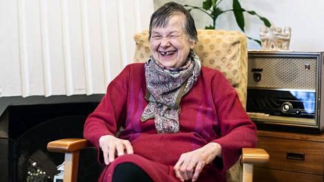 75-vuotias Leena Suominen asuu Helsingissä Kustaankartanon seniorikeskuksessa ja on saanut jo molemmat koronavirusrokotteet.