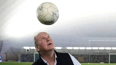 """Kari Helander eli """"Coach Kari"""" on 58-vuotias vanhempien, valmentajien ja urheiluseurojen valmentaja."""