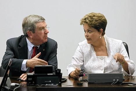 KOK:n puheenjohtaja Thomas Bach kiitteli Brasilian presidenttiä Dilma Rousseffia maan pääkaupungissa Brasiliassa tiistaina olympiajärjestelyjen etenemisestä.