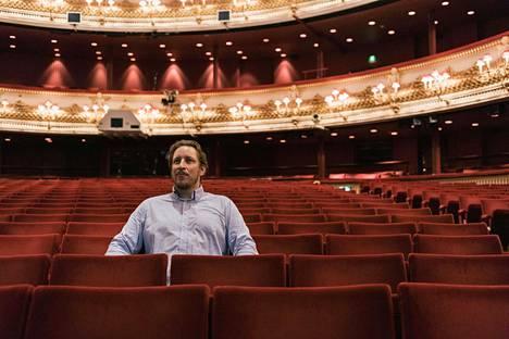 Mika Kares istuu Lontoon Royal Opera Housessa.