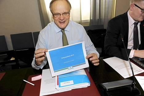 Työministeri Lauri Ihalainen osallistui eduskuntaryhmän kokoukseen viime torstaina.