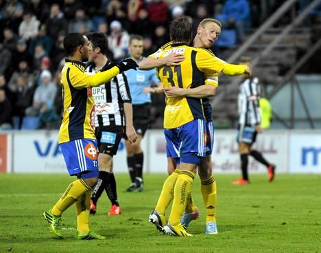 HJK:n Nikolai Alho (vas), Robin Lod ja Mikael Forssell juhlivat Lodin 1-1 -maalia.