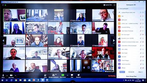 Britannian pääministerin kanslian jakama kuva hallituksen kokouksesta, joka pidettiin Zoom-sovelluksessa.