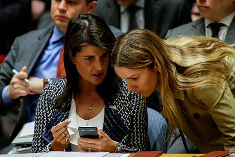 Yhdysvaltain YK-suurlähettiläs Nikki Haley keskusteli perjantaina avustajansa kanssa YK:n turvallisuusneuvostossa.