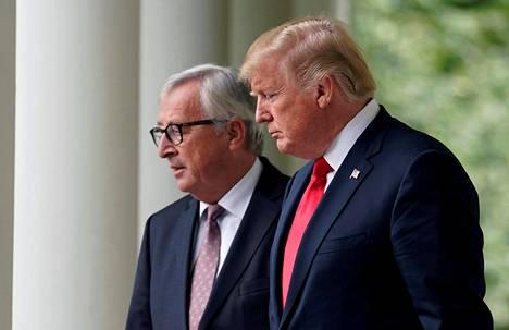 EU:n komission puheenjohtaja Jean-Claude Juncker (vas.) ja Yhdysvaltain presidentti Donald Trump sopivat kaupan esteiden vähentämisestä. Mitä ja miten tarkalleen ottaen tapahtuu, jäi hämärän peittoon.