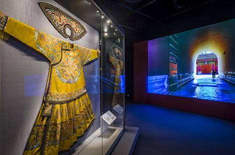 Yleisnäkymä Kielletty kaupunki -näyttelyyn, vasemmalla keisarin seremoniallisesti arvokkain juhlapuku, chaofu.
