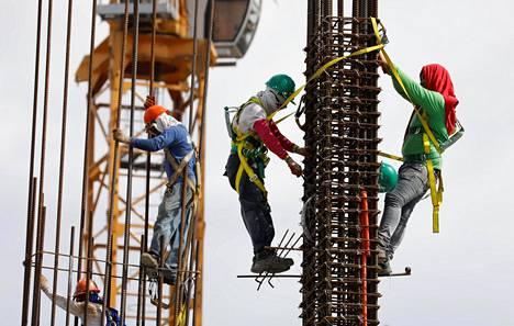 Rakennustyöläiset taitelevat betoniraudoitusurakan kimpussa Filippiinien pääkaupungissa Manilassa maanantaina.