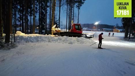 Paloheinän hiihtokeskuksessa latu-uria kunnostettiin koko sunnuntaipäivä.