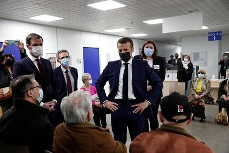 Ranskan presidentti Emmanuel Macron ja terveysministeri Olivier Veran vierailivat rokotekeskuksessa Bobignyssa Pariisin lähellä maanantaina.