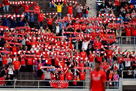 Eteläkaarteessa oli pienehkö joukko Liverpoolin innokkaimpia kannattajia.