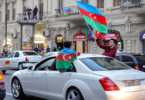 Ihmiset juhlivat tiistaina kaduilla Bakussa, kun tieto Vuoristo-Karabahin tulitauosta levisi. Azerbaidžan sai laajoja alueita.