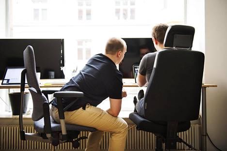 Ihmiset luovat työprojekteille helposti epärealistisia aikatauluja, eivätkä osaa myöhemmin korjata alkuperäisiä arvioitaan riittävästi.