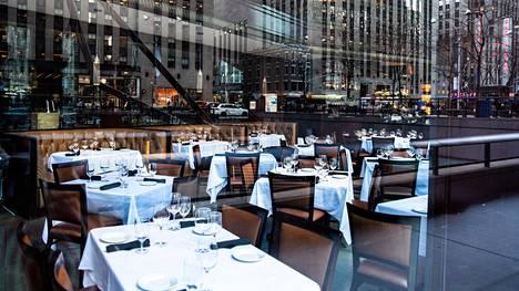 Tyhä ravintola New Yorkin keskustassa perjantaina.