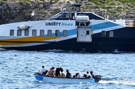 Pakolaisia kuljettanut vene saapui italialaisen Lampedusan saaren satamaan viime lokakuussa.
