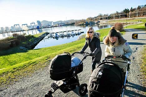 Äitiyslomaa viettävät norjalaiset Helena Braut ja Helene K. Strøm ovat molemmat ekonomisteja ja öljyalan palveluksessa.