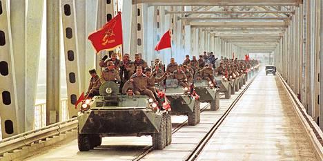 Viimeiset neuvostojoukot poistuivat Afganistanista Ystävyyden siltaa pitkin 15. helmikuuta 1989.