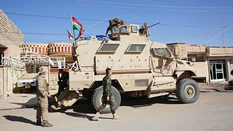 Irakin kurdien peshmerga-joukkojen partio lähdössä tuhomaan Isisiltä löydettyjä räjähteitä marraskuussa 2016.
