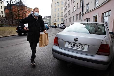 Villdin ravintolapäällikkö Esko Koivula vei tiistaina ruokalähetyksiä Kalliossa. Hän jätti ruokakassin asiakkaan oven taakse, soitti ovikelloa ja poistui.