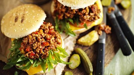 Voit lisätä hampurilaiseen myös suolakurkkua, tomaattia ja salaattia.