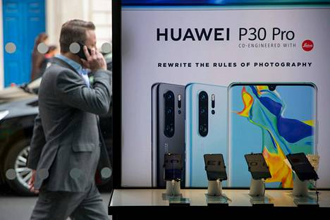 Jalankulkija käveli Huawein mainoksen ohi Lontoossa huhtikuussa 2019.